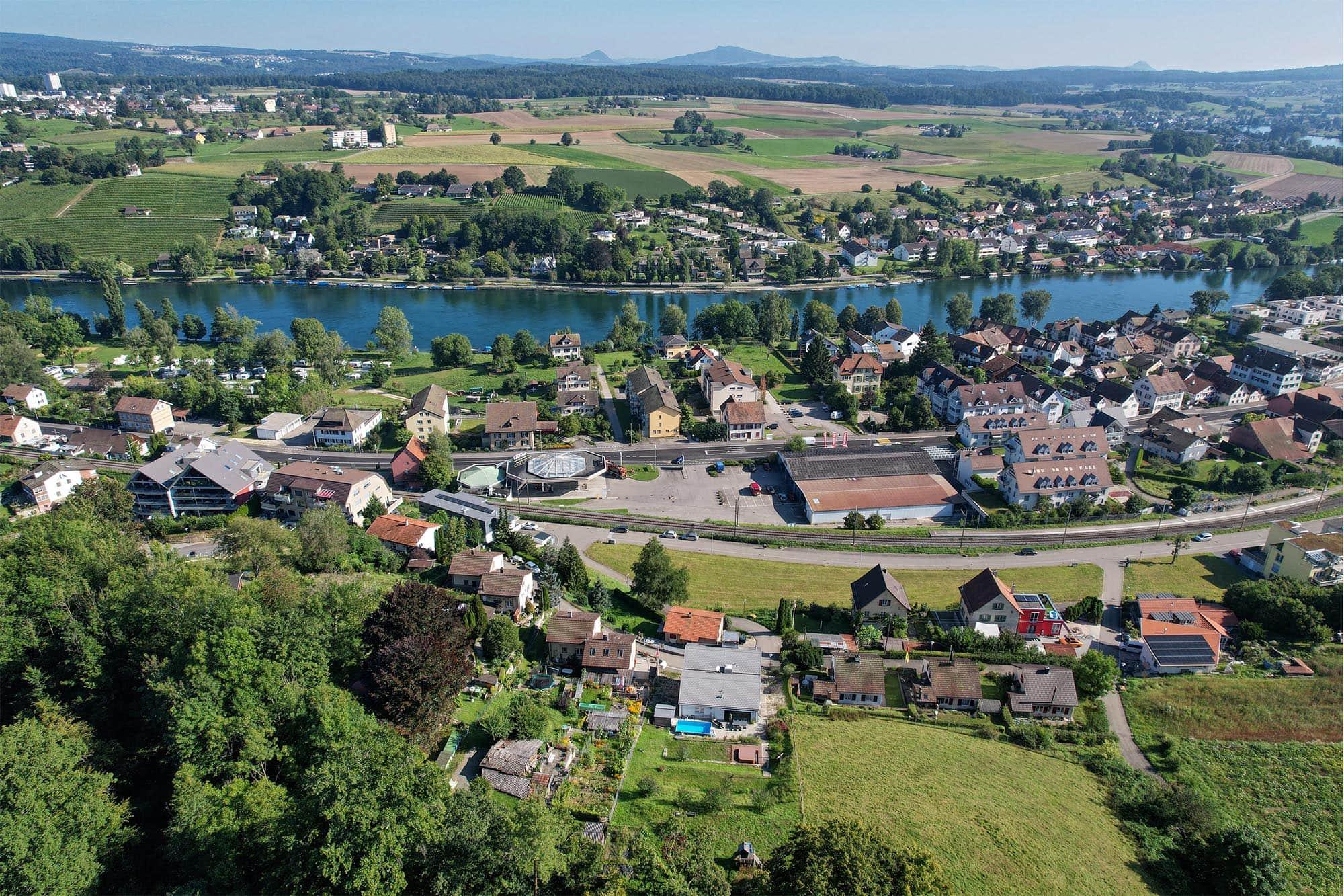 Die Immobilie zum Verkauf liegt unmittelbar am Rhein und bietet hervorragende Aussicht.