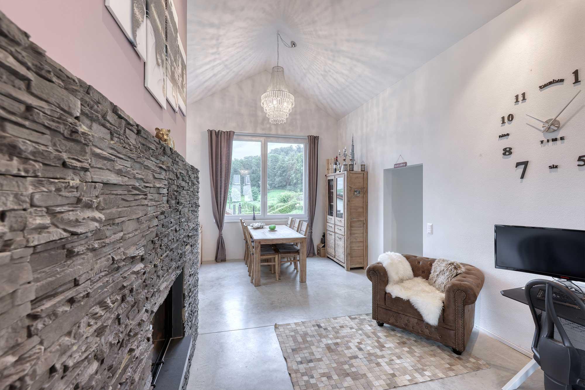 Mondänes Wohnzimmer im Einfamilienhaus Langwiesen, Zürich (zu verkaufen)